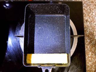 日式厚蛋烧,将第一层蛋饼卷在最下方成型后,准备开始倒入第二层蛋液