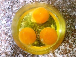 日式厚蛋烧,三个鸡蛋打入碗中