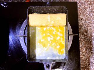 日式厚蛋烧,卷到最上方,待第四层蛋卷成型后倒入第五层蛋液
