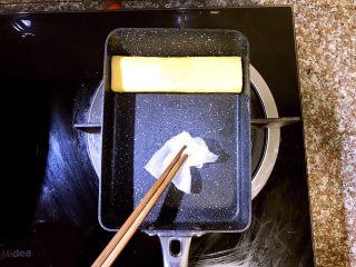 日式厚蛋烧,卷到最上方,第二层蛋卷成型后准备倒入第三层蛋液。这里提一点需要注意的地方,每次倒入蛋液前如果发现锅内油不够了,就用之前吸了橄榄油的厨房吸油纸再在锅内均匀涂抹一层