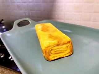 日式厚蛋烧,待蛋卷煎成漂亮的金黄色时出锅