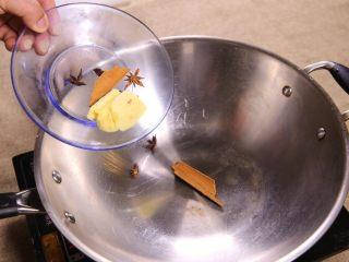 南乳鸭腿,净锅下入小料 八角 桂皮 姜块