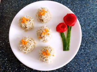 糯米丸子,蒸好后丸子夹起来放盘中(可用胡萝卜点缀,也可以用葱花,可根据自己喜爱点缀)
