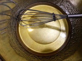 好吃到爆的可可蔓越莓椰蓉月饼,用手抽搅打均匀,油糖完全混合