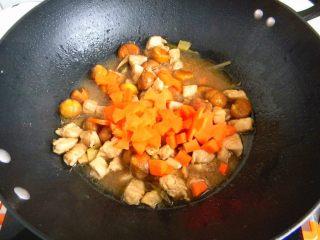 栗子鸡块,最后剩一点汤汁,放入胡萝卜