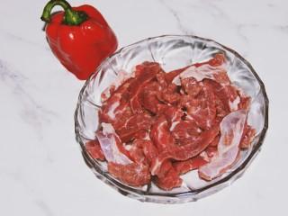 铁板黑椒牛柳,牛肉切成大概一厘米的条状