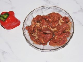 铁板黑椒牛柳,抓匀,放冰箱腌一个小时,腌制的时间长一点是为了让牛肉入味,另外是为了让牛肉口感更加的嫩
