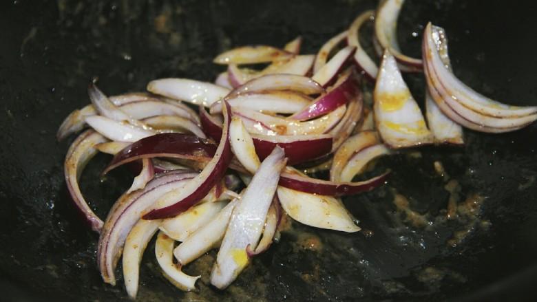 铁板黑椒牛柳,用剩下的油,开大火放入洋葱炒