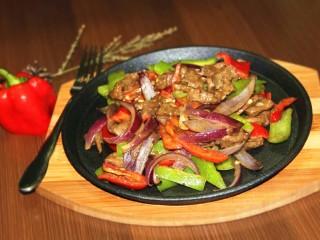 铁板黑椒牛柳,然后把炒好的菜装盘,可以享受美味啦!