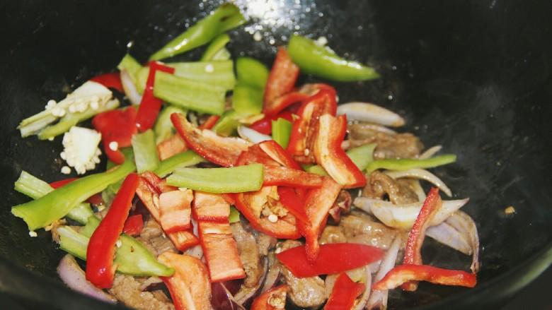 铁板黑椒牛柳,炒一分钟左右,再放入红彩椒和青椒炒