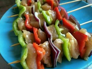 #咸味#缤纷低脂鸡肉串(空气炸锅版),入味后,将<a style='color:red;display:inline-block;' href='/shicai/ 211864/'>竹签</a>用水弄湿后,一个蔬菜一个肉的穿成肉串~