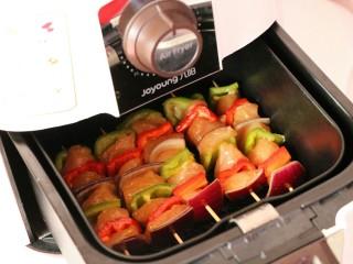 #咸味#缤纷低脂鸡肉串(空气炸锅版),空气炸锅提前预热,设置180度13-15分钟~(具体时间还是要看鸡肉切的大小) 将肉串放入,尽量不要重叠~