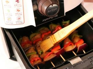 #咸味#缤纷低脂鸡肉串(空气炸锅版),用刷子刷上一层薄薄的油后进行炸制~