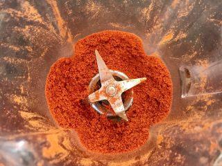 猕猴桃烤猪小排,甜椒干放料理机打成粉末。