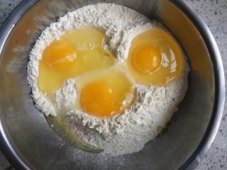 蔓越莓牛轧沙琪玛,把3个鸡蛋全部放入面粉中!