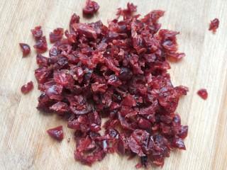 蔓越莓牛轧沙琪玛,  把蔓越莓切小碎块备用!