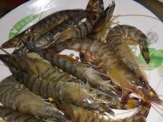 虾酱扁豆角土豆,新鲜竹节虾洗净放入盘里待用
