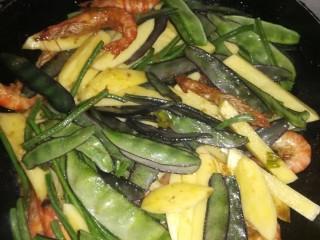 虾酱扁豆角土豆,导入扁豆角土豆翻炒