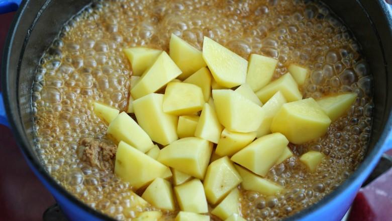 无肉不欢+牛肉烧土豆,放入土豆块继续炖煮20分钟左右