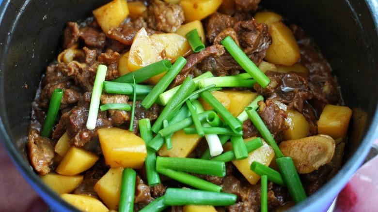 无肉不欢+牛肉烧土豆,最后放入小葱段