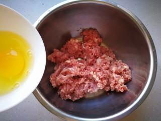 #咸味#莲藕猪肉丸,猪肉剁成肉泥,加入一个蛋清。