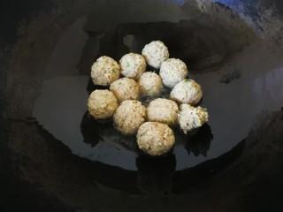 #咸味#莲藕猪肉丸,锅中放入少许花生油,将煮好的肉圆放入锅中,煎至表面微微发黄。