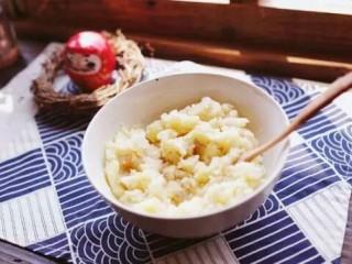 泰式凤尾虾球,将土豆蒸软,去皮,然后捣成泥状,加少许盐后搅拌均匀。