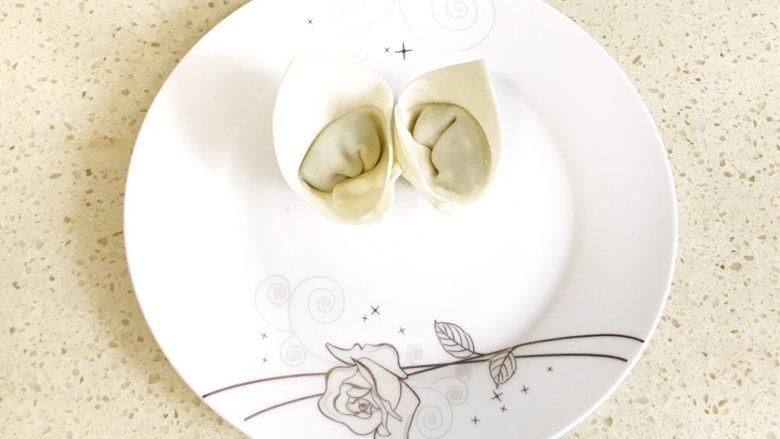 #咸味#漂亮的馄饨太阳花,依此方法再包一个,和第一个一样立起来,放在盘子的中心,让两个馄饨相依而立