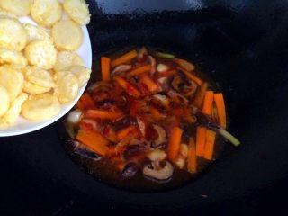 香菇虾仁豆腐煲 ,汤煮开后加入炸过的豆腐。