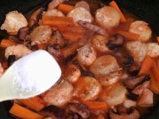 香菇虾仁豆腐煲 ,放入2克盐。