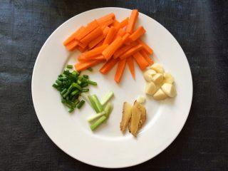 香菇虾仁豆腐煲 ,胡萝卜,葱,姜,蒜切好备用。