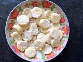 香菇虾仁豆腐煲 ,均匀地裹上一层玉米淀粉。