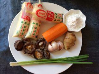 香菇虾仁豆腐煲 ,准备食材:日本豆腐3个,香菇,胡萝卜,葱,姜,蒜,玉米淀粉。
