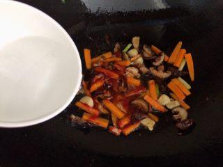 香菇虾仁豆腐煲 ,加半碗水。