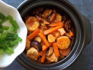 香菇虾仁豆腐煲 ,炖到汤汁浓缩,起锅前撒上葱花。