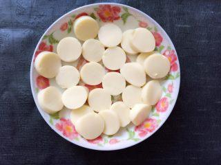 香菇虾仁豆腐煲 ,日本豆腐切好。