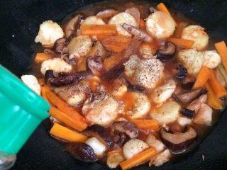 香菇虾仁豆腐煲 ,放少许胡椒粉。