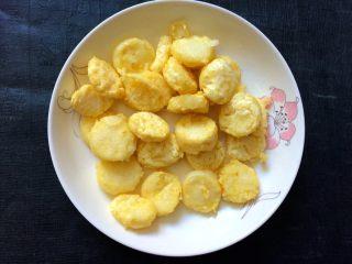 香菇虾仁豆腐煲 ,炸好捞出。