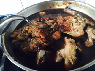 #咸味#  酱烧大骨头(猪骨头),倒入提前准备好的开水