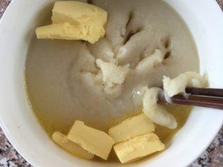 糯米糍,加入黄油搅拌,这一步比较费劲,用筷子先搅拌一下,面团稍冷一点带上手套,用手揉匀