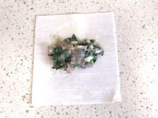 #咸味#美味的猪肉荠菜高汤馄饨,分享元宝馄饨的包法:取一张馄饨皮,中间加入适量的肉馅儿