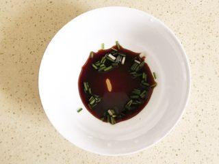 #咸味#美味的猪肉荠菜高汤馄饨,准备高汤:碗里倒入适量的酱油、芝麻油和葱花