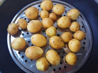蒜香味的孜然香辣小土豆,土豆洗干净上锅蒸熟