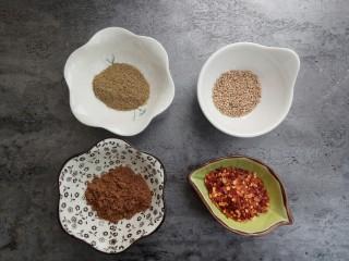 蒜香味的孜然香辣小土豆,再准备一勺花椒粉、孜然粉、辣椒粉、芝麻