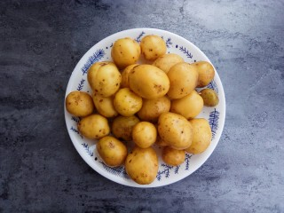 蒜香味的孜然香辣小土豆,准备一斤小土豆