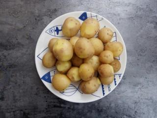 蒜香味的孜然香辣小土豆,蒸熟的土豆盛出