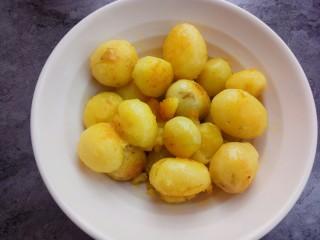 蒜香味的孜然香辣小土豆,盛出备用