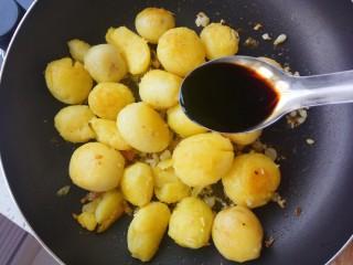 蒜香味的孜然香辣小土豆,放入一勺生抽提味上色