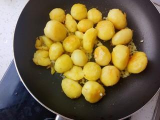 蒜香味的孜然香辣小土豆,再倒入小土豆翻炒