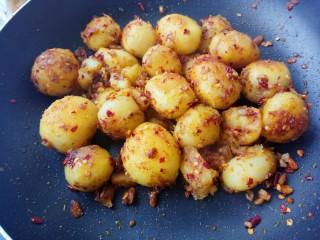蒜香味的孜然香辣小土豆,翻炒均匀